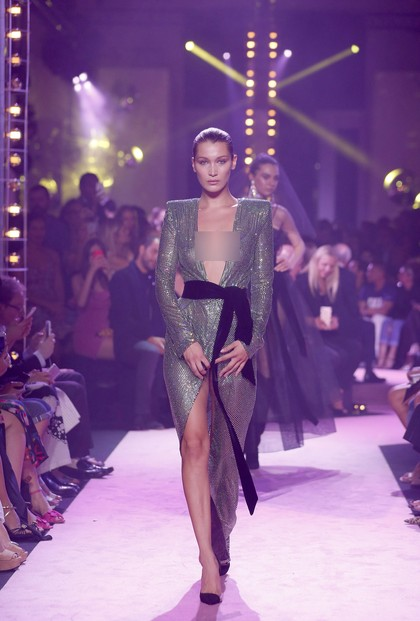 Bella Hadid 2 Kali Umbar Keseksian Tubuh di Paris Fashion Week