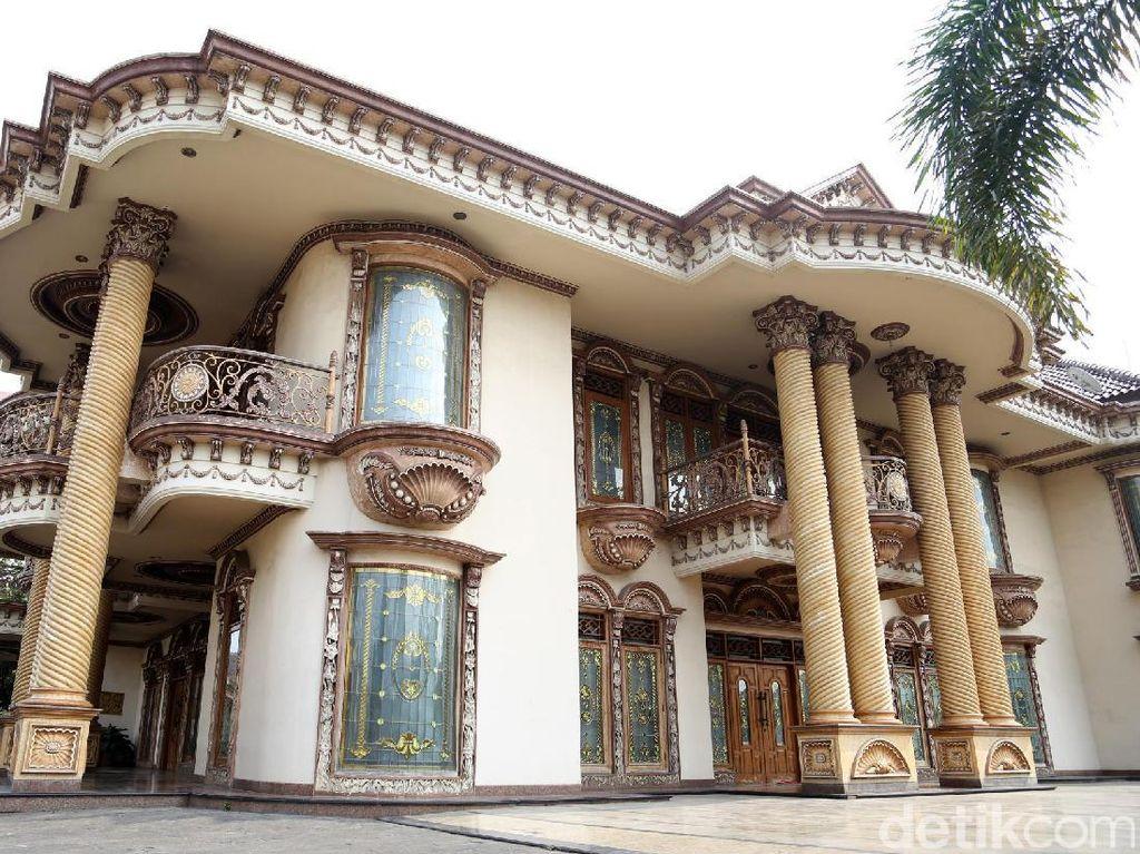 Rumah dengan 12 kamar tidur dan 7 kamar mandi tersebut berada di kawasan Adi Sucipto, Tangerang.