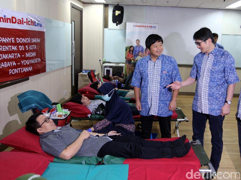 Aksi donor darah dengan tema Show The Hero Inside You ini diadakan secara serentak di 5 kota besar dan diharapkan dapar membantu Palang Merah Indonesia untuk memenuhi stok darah di beberapa wilayahdi Indonesia.