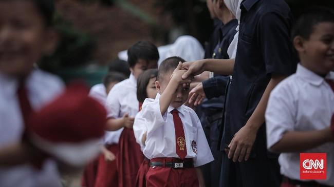 Khusus di hari pertama masuk sekolah setelah libur panjang, perjuangan ini pasti terasa lebih berat. Orang tua harus kembali mengajarkan anak-anaknya untuk membiasakan diri bangun pagi dan pergi ke sekolah. (CNN Indonesia/ Hesti Rika)