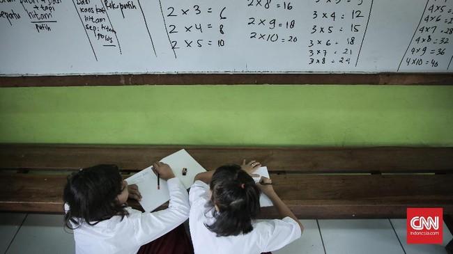 Siswa mengikuti pelajaran pada hari pertama masuk sekolah di SDN Pasar Baru 03 Pagi, Jakarta (10/7). Hari ini para siswa mulai kembali beraktivitas mengikuti pelajaran di sekolah untuk tahun ajaran 2017-2018 usai libur panjang Hari Raya Idul Fitri. (CNN Indonesia/ Hesti Rika)