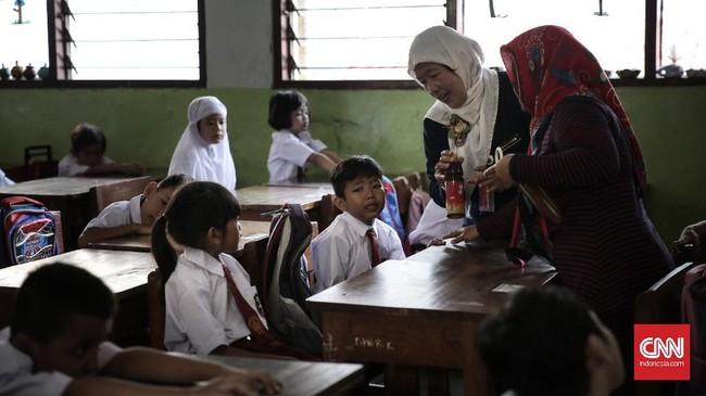 Seorang siswa kelas 1 di SDN Pasar Baru 03 Pagi bahkan ada yang menangis meminta pulang di hari pertama masuk sekolah. (CNN Indonesia/ Hesti Rika)