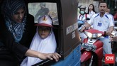 Siswa kelas 1 Sekolah Dasar Negeri (SDN) Pasar Baru 03 Pagi, diantar orang tua untuk mengikuti pengenalan sekolah saat masuk pertama, Senin (10/7). (CNN Indonesia/ Hesti Rika)