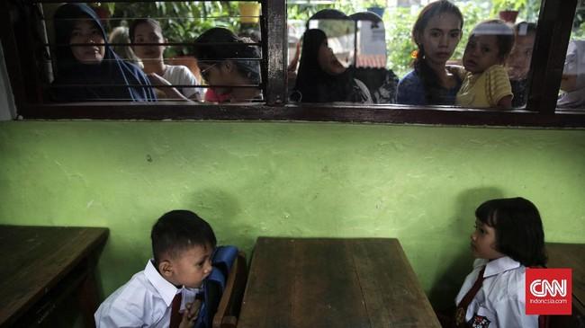 Keriuhan mengantar anak di hari pertama sekolah membuat banyak pekerja memilih cuti atau mengambil libur. Tak heran, kemacetan pun terjadi terutama di kota-kota besar seperti Jakarta. (CNN Indonesia/ Hesti Rika)