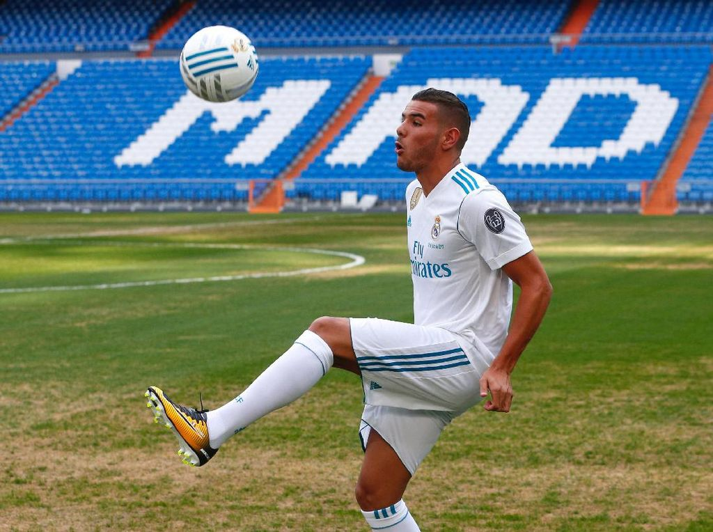 Setelah didatangkan dari Atletico Madrid pada 2017, Theo Hernandez gagal bersaing dengan Marcelo untuk posisi bek kiri. Dia kemudian dipinjamkan ke Real Sociedad. Milan dan Juventus kabarnya tertarik kepada Hernandez. Foto: REUTERS/Paul Hanna