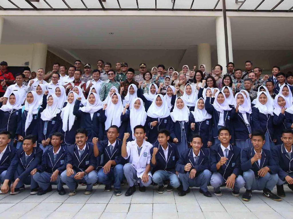 Sebagai wujud komitmen di bidang pendidikan, PT Astra International Tbk melalui Yayasan Pendidikan Astra, Michael D. Ruslim (YPA-MDR) pada hari ini (12/7) meresmikan dan menyerahkan gedung SMKN 1 Leuwiliang beserta seluruh sarana pendukungnya di Kecamatan Leuwiliang, Kabupaten Bogor, yang pembangunan serta pembinaannya menelan total biaya sekitar Rp 27 miliar. Dok. Astra.