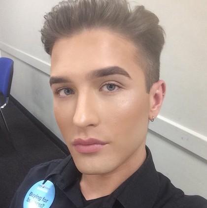Cerita Viral Pria yang Diminta Hapus Makeup Oleh Bos di Kantor