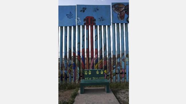 Sebagian dari mural yang terpasang di perbatasan AS-Meksiko itu merupakan buatan seniman dari organisasi the Brotherhood Mural yang berbasis di Tijuana, Meksiko, seperti pada gambar yang diambil 6 Juli 2017 ini. (AFP PHOTO / GUILLERMO ARIAS)