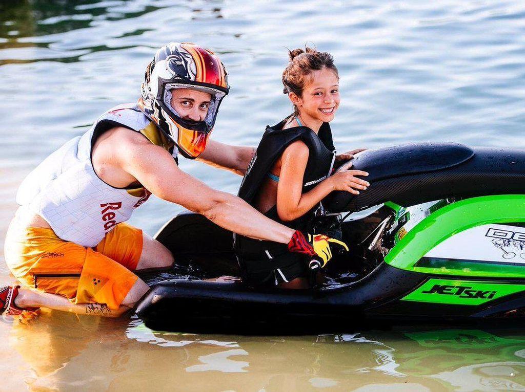 Rider Ducati Andrea Dovizioso di antaranya mengisi masa liburan musim panas dengan main jet ski bersama sang putri, Sara (Twitter @AndreaDovizioso)