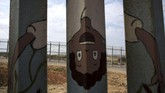 Kebanyakan yang membuat mural di tembok perbatasan AS-Meksiko merupakan buatan warga sekitar tembok. Tercatat sudah ada dua ribu orang membuat mural di sepanjang perbatasan tersebut. (AFP PHOTO / GUILLERMO ARIAS)