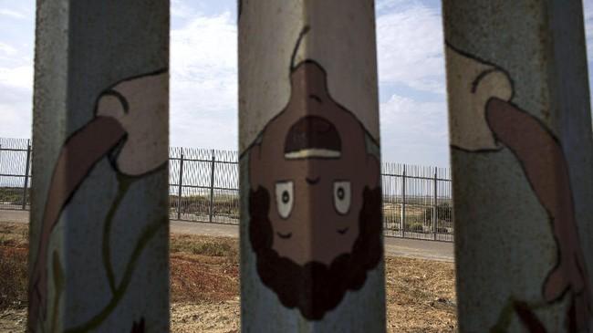 <p>Kebanyakan yang membuat mural di tembok perbatasan AS-Meksiko merupakan buatan warga sekitar tembok. Tercatat sudah ada dua ribu orang membuat mural di sepanjang perbatasan tersebut. (AFP PHOTO / GUILLERMO ARIAS)</p>