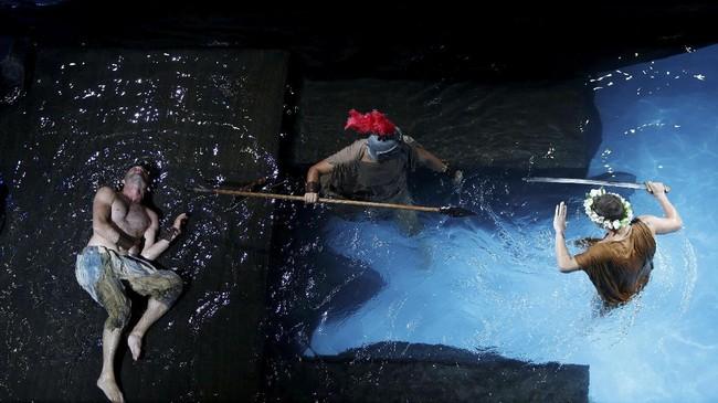 <p>Unifaun, penampil Metamorphoses menyuguhkan itu semua dengan cara tidak konvensional. Seluruh panggung dijadikan kolam renang besar. Pentas itu disutradarai Stephen Oliver dan Dominic Said, serta menampilkan beberapa seniman panggung terkenal dengan wajah akrab. (REUTERS/Darrin Zammit Lupi)</p>