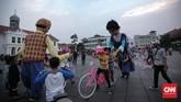 Masyarakat, terutama anak-anak, mengerubungi boneka dengan antusias. Mereka ikut bermain dan berfoto bersama di kawasan Kota Tua yang memang jadi destinasi wisata. (CNN Indonesia/Hesti Rika)