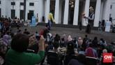 Di Bali bahkan mereka menampilkan pertunjukan yang berbeda karena bekerja sama dengan teater boneka Yaya Putra Sedana dan tarian topeng Bali. Mereka pun menampilkan perpaduan boneka raksasa dengan barong Bali. (CNN Indonesia/Hesti Rika)