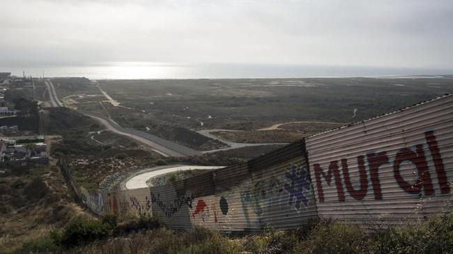 Kata-kata perdamaian menjadi tema umum, terutama mengingat banyaknya masalah kemanusiaan di sekitar perbatasan ini. Terbaru, Presiden AS Donald Trump kukuh membuat tembok di perbatasan ini untuk mencegah imigran dari Meksiko.(AFP PHOTO / GUILLERMO ARIAS)