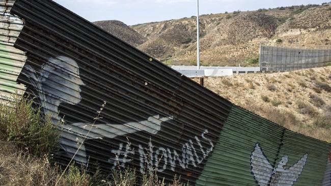 Isi dari mural yang dibuat oleh warga kebanyakan merupakan lukisan gambar, kata-kata perdamaian, atau hanya sekadar meninggalkan jejak tangan. (AFP PHOTO / GUILLERMO ARIAS)