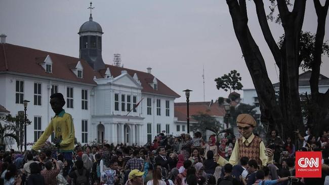 Teater jalanan unik yang mereka tampilkan telah berpartisipasi dalam berbagai festival di Perancis maupun negara-negara lain sejak sanggarnya dibentuk pada 1998 di Paris. (CNN Indonesia/Hesti Rika)