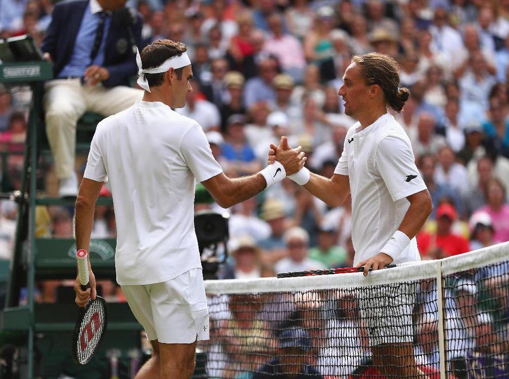 Alexandr Dolgopolov juga mundur di babak pertama kala melawan Roger Federer karena cedera pergelangan kaki. Foto: Michael Steele/Getty Images
