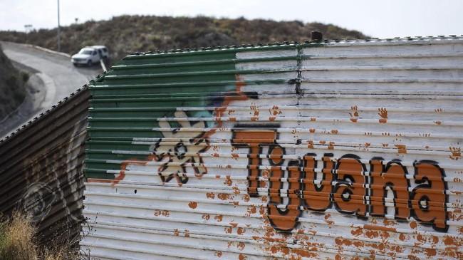 Mural yang tersebar di tembok perbatasan AS-Meksiko sebagian besar terletak di antara Tijuana, Meksiko, dan San Diego, Amerika Serikat. (AFP PHOTO / GUILLERMO ARIAS)