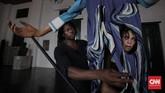Salah satu pembuat boneka raksasa itu, yang menggabungkan seni pahat dan ukir multimedia serta menggabungkan seni visual dan seni pertunjukan, adalah sanggar Les Grandes Personnes. (CNN Indonesia/Hesti Rika)