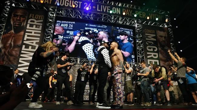<p>Floyd Mayweather dan Conor McGregor kembali berhadap-hadapan pada konferensi pers di Brooklyn, New York, Amerika Serikat. (Noah K. Murray-USA TODAY Sports)</p>