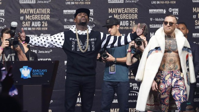 <p>Floyd Mayweather Jr. langsung pamer diri ke penonton di Brooklyn, New York, Kamis (13/7) waktu setempat. (Noah K. Murray-USA TODAY Sports)</p>