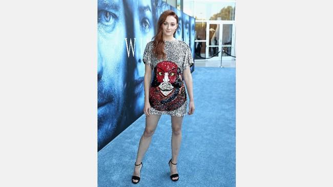Sophie Turner 'Sansa Stark' tampil santai dengan kaos glitter longgar dengan motif besar di bagian depan. Penampilan tak biasanya ini seolah menonjolkan karakter asli dari aktris yang perkembangan perannya menjadi yang selalu ditunggu di seri Game of Thrones. (Neilson Barnard/Getty Images/AFP)
