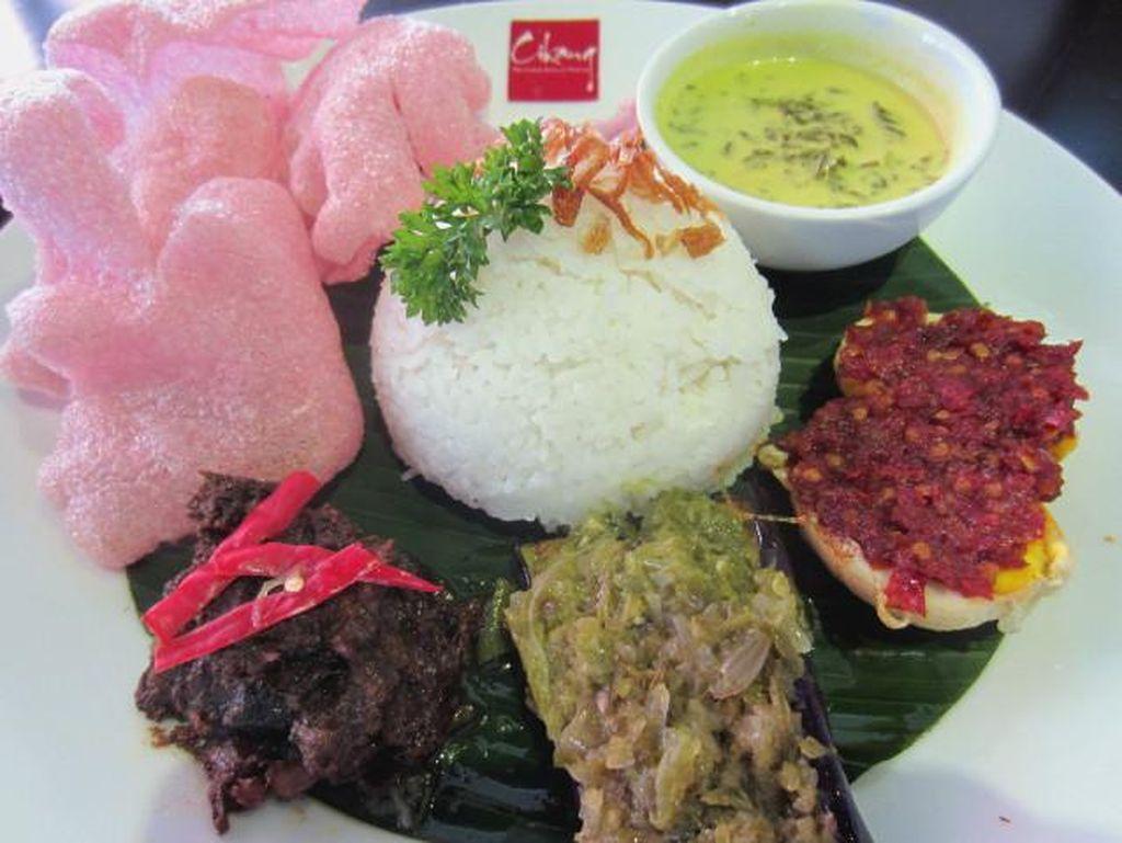 Cikang yang ada di Menteng punya menu Minang Peranakan. Salah satu menunya Nasi Angku atau nasi rames dengan lauk utama rendang.