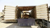 <p>Tank yang tersembunyi dalam truk ini digunakan militan untuk menjatuhkan pesawat guna mengalihkan serangan udara dari pasukan Irak dan koalisi internasional. (REUTERS/Thaier Al-Sudani)</p>