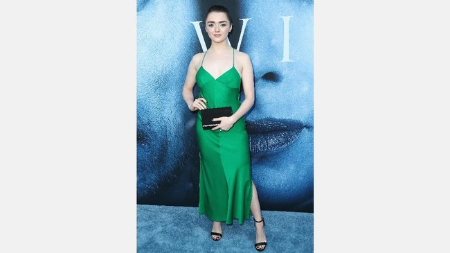 Pemeran Arya Stark, Maisie Williams memilih mengenakan gaun hijau terang menyala tanpa lengan saat hadir di premier serial HBO