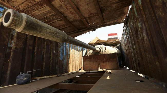 <p>Tank bersenjata ditemukan tersembunyi dalam sebuah truk milik militan ISIS yang disita pasukan keamanan Irak pada Jumat (13/7). Kendaraan ISIS tersebut kini disimpan di Markas Polisi Federal Irak. (REUTERS/Thaier Al-Sudani)</p>