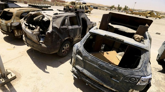<p>Pasukan keamanan Irak menyita sejumlah mobil rakitan yang telah ditanami alat peledak dan digunakan sebagai senjata bom bunuh diri para militan ISIS di Mosul. (REUTERS/Thaier Al-Sudani)</p>