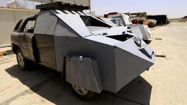 <p>Sementara, bom mobil atau <em>vehicle-borne improvised explosive device </em>(VBIED) merupakan kendaraan rakitan yang ditanami peledak. Umumnya diselubungi logam sehingga tahan peluru. (REUTERS/Thaier Al-Sudani)</p>