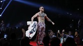 <p>Conor McGregor pamer tato-tatonya di tengah para penonton pada konferensi pers hari ketika di Brooklyn, New York, Kamis (13/7). (Noah K. Murray-USA TODAY Sports)</p>