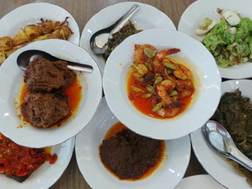 Resto Indah Jaya Minang ada di Alam Sutra, Tangerang Selatan. Rendang daging di sini teksturnya empuk lembut dan bumbunya pekat.
