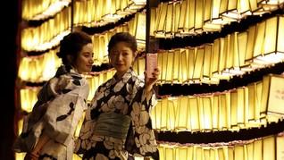 Turis Wanita Ini Populerkan Gaya Berfoto 'Chinfies'