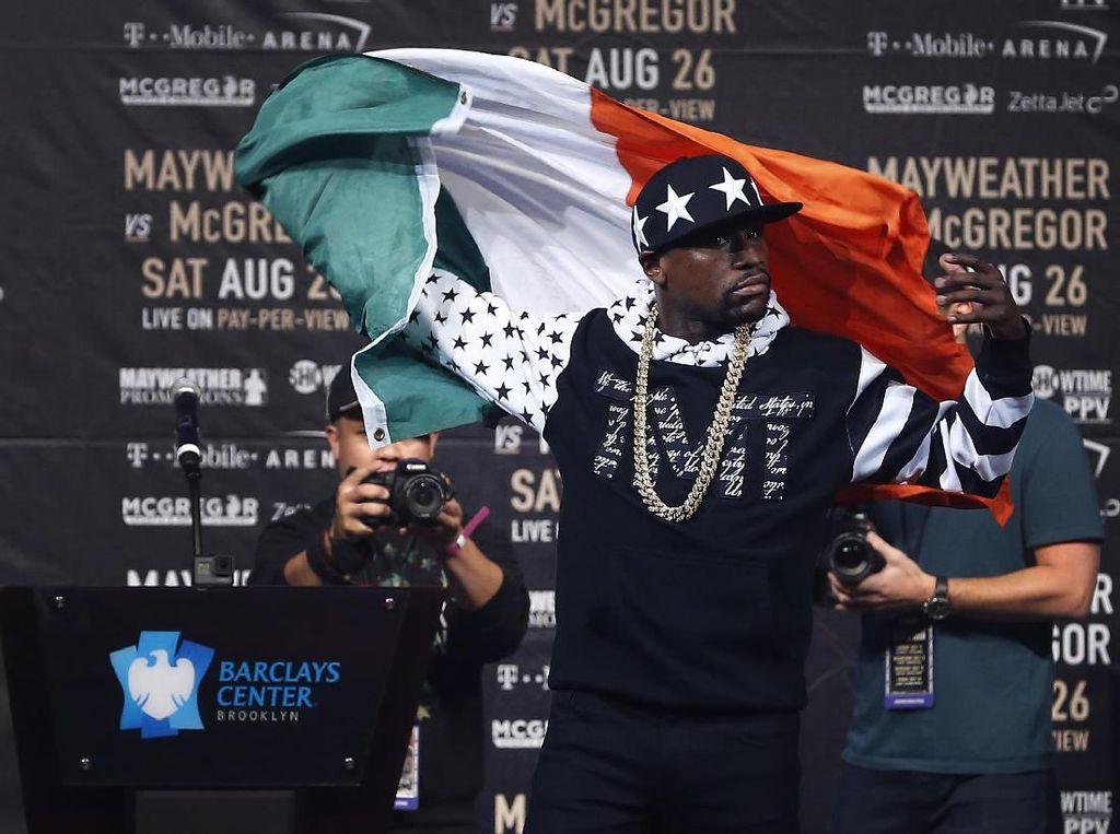 Mayweather naik panggung sambil membawa bendera Irlandia, yang merupakan negara kelahiran McGregor. Mayweather lantas melempar bendera tersebut begitu saja. Foto: Noah K. Murray-USA TODAY Sports