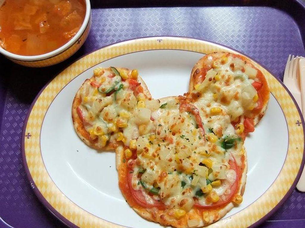 Selain dim sum, Hong Kong Disneyland juga punya pizza berbentuk kepala Mickey Mouse dengan campuran lelehan keju. Nyam!(Foto: Istimewa)