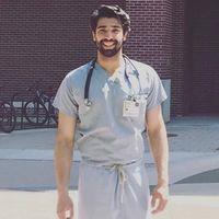 Rehan Munir adalah seorang dokter yang sedang menempuh pendidikan di Mount Sinai Heart Hospital. Ia menarik perhatian karena parasnya yang tampan. (Foto: instagram/RehanMunir)