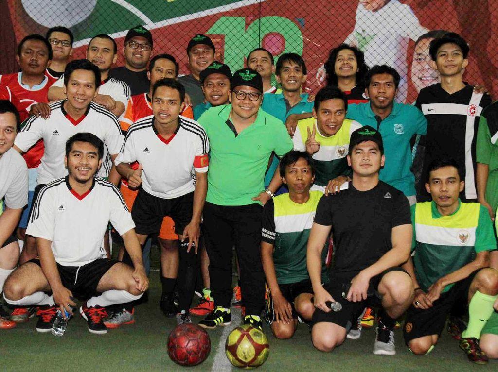 Ketua Umum PKB, Muhaimin Iskandar saat berfoto bersama sejumlahw artawan di acara turnamen futsal.