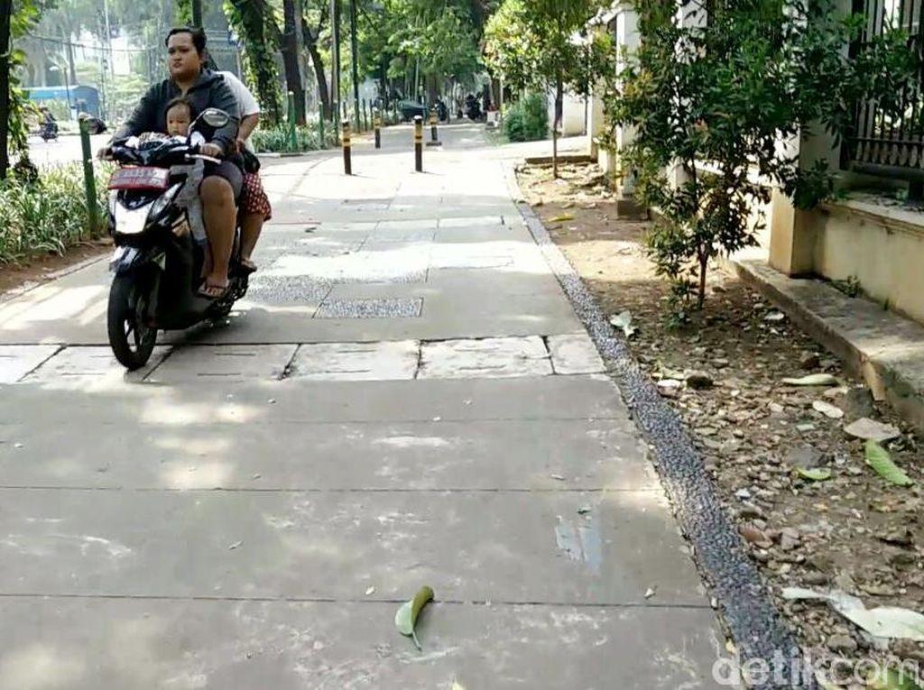 Kondisi tersebut pun membuat pengguna jalan lainnya, seperti pemotor atau pedagang keliling dapat melintasi trotoar dengan mudahnya.