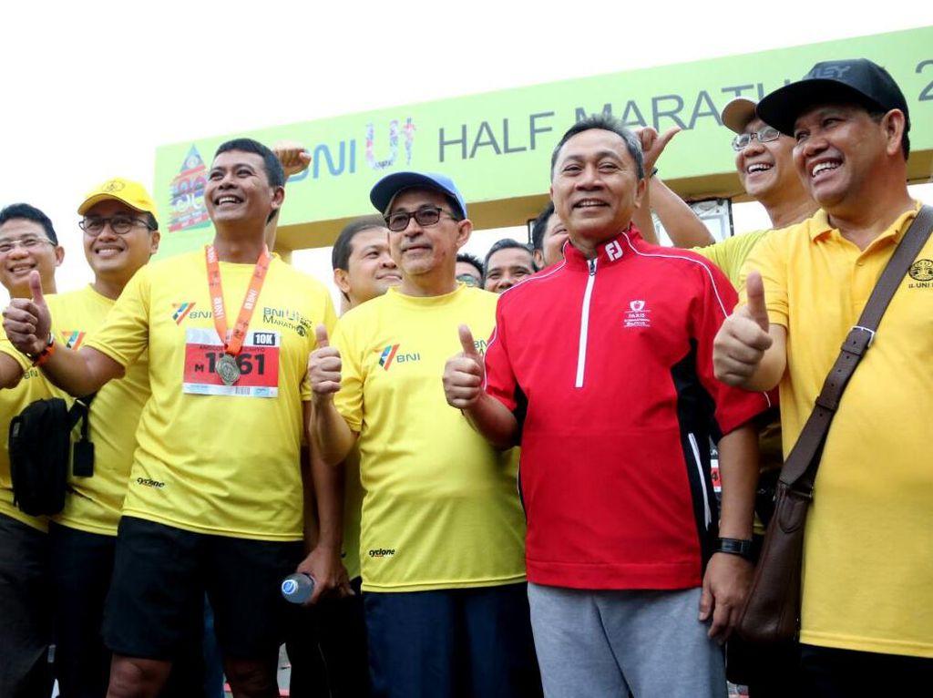 Rektor UI Muhammad Anis (kedua kiri) berfoto bersama Ketua MPR RI Zulkifli Hasan (kedua kanan) dan Direktur Konsumer Banking BNI Anggoro Eko Cahyo (kiri) usai mengikuti BNI UI Half Marathon 2017 di Kampus Universitas Indonesia, Depok, Jawa Barat, Minggu (16/7). Dok. BNI.