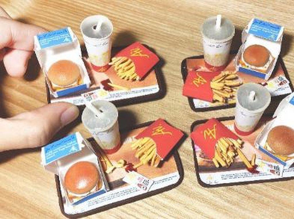 Fast food yang digemari banyak orang juga tak luput dari kreasi Teo. Satu nampan miniatur fast food ini berisi burger, kentang goreng dan minuman.