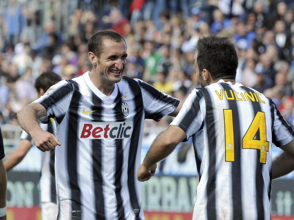 Giorgio Chiellini, bersama Bonucci dan Andrea Barzagli, membentuk trio tangguh di lini belakang Juventus yang menjadi salah satu kunci kebangkitan tim. Kepergian Bonucci membuat trio ini hanya tersisa kisahnya di Juventus. (Foto: Getty Images)