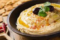 Hummus merupakan salah satu hidangan khas Timur Tengah. Sajian yang dibuat dengan menggiling kacang arab dan minyak zaitun ini mengandung karbohidrat dan protein yang membantu mengenyangkan perut. (foto: thinkstock)