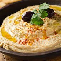 Hummus, asal negeri Timur Tengah ini masih jarang dijumpai di Indonesia. Tapi makanan ini sangat sehat dan baik dikonsumsi setelah olahraga, karena mengandung tinggi protein, iron, vitamin C, dan karbohidrat. Makanan yang dibuat dari kacang Arab ini bisa dijadikan camilan dengan roti. Foto: iStock