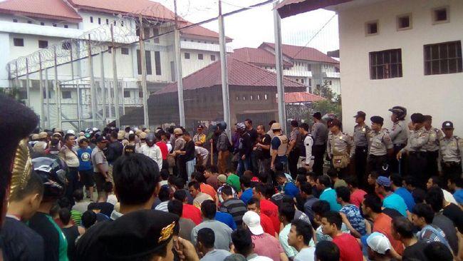 Kericuhan Warnai Pemindahan Tahanan Rutan Pekanbaru