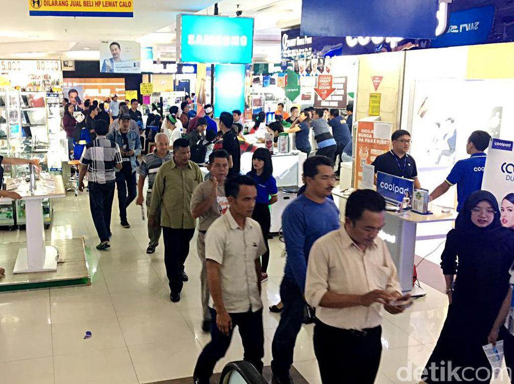 Banyak pusat perbelanjaan di Jakarta meredup lantaran mulai ditinggalkan pengunjung seperti Pasar Glodok dan WTC Mangga Dua.
