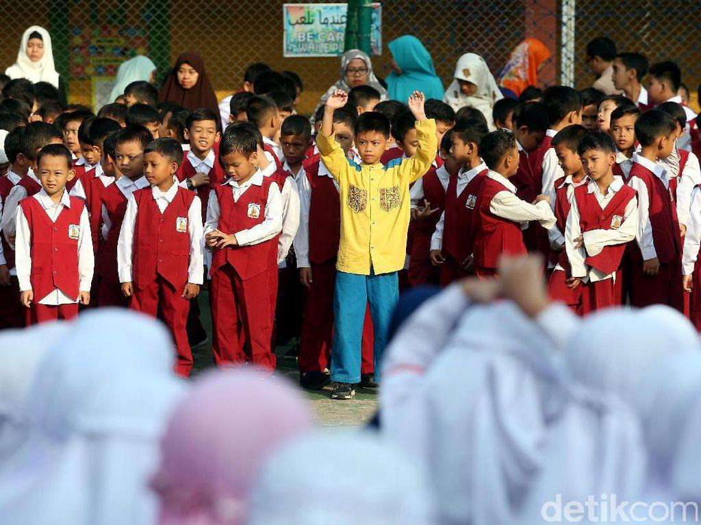 Para siswa berbaris sebelum mengikuti pelajaran.