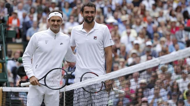Roger Federer mengalahkan Marin Cilic pada final Wimbledon 2017 yang berlangsung All England Club, London, Minggu (16/7), dengan tiga set langsung 6-3,, 6-1, dan 6-4. (REUTERS/Andrew Couldridge)